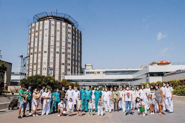 Pacientes de la Asociación NUPA homenajeando al personal sanitario del hospital.