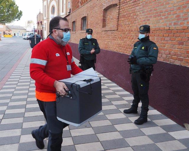 LLegada de las vacunas de la campaña Covid a la residencia El Fontán de Nava del Rey (Valladolid).