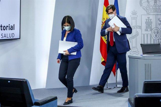 El ministro de Sanidad, Salvador Illa (d), junto a la ministra de Política Territorial y Función Pública, Carolina Darias