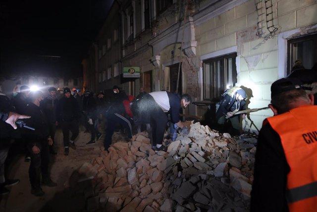 Labores de rescate en la localidad de Petrinja, en el norte de Croacia, tras la sacudida provocada por un terremoto de magnitud 6,3 en la escala de Ritcher.