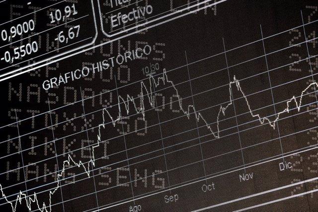 Pantalla del Ibex 35 con el gráfico histórico de la cotización del Ibex en la sede de la Bolsa de Madrid, el Palacio de la Bolsa de Madrid, en Madrid (España) a 10 de febrero de 2020.