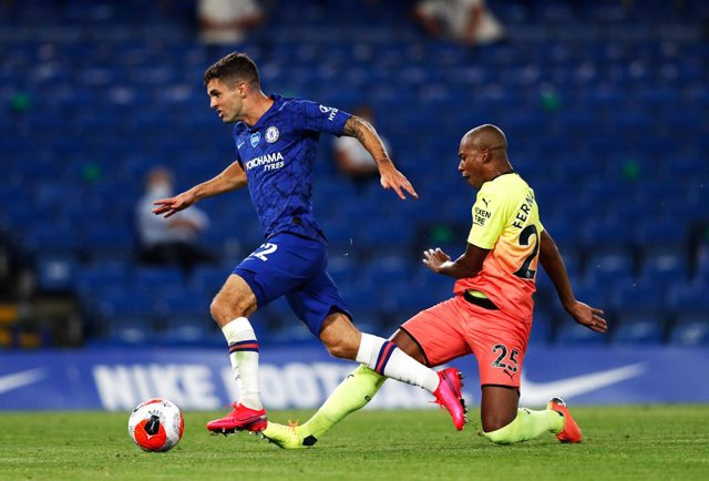 25 June 2020, England, London: Chelsea's Christian Pulisic (L) and Manchester City's Fernandinho battle for the ball during the English Premier League soccer match between Chelsea and Manchester City at Stamford Bridge. Photo: Adrian Dennis/PA Wire/dpa