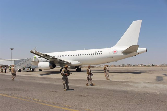 16 October 2020, Yemen, Aden: Saudi soldiers stand guard of a plane used by International Red Cross, carrying Yemeni prisoners who were held by Houthi upon their arrival at an airport in the southern city of Aden, on the second day of a prisoner swap betw