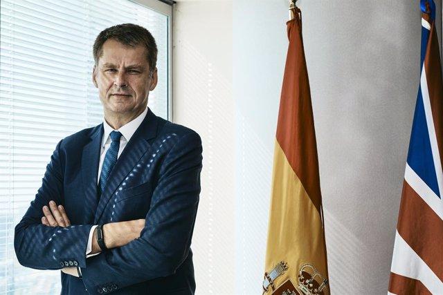 El embajador del Reino Unido en España, Hugh Elliot, posa tras una entrevista para Europa Press en Madrid (España), a 28 de julio de 2020.