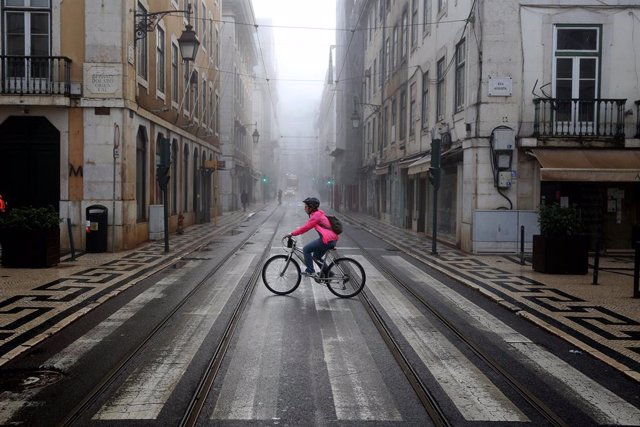 09 November 2020, Portugal, Lisbon: A woman rides a bicycle in downtown Lisbon. Portugal returned to the state of emergency until 23 November amid the rising numbers of Coronavirus infections. Photo: Pedro Fiuza/ZUMA Wire/dpa