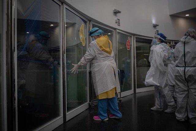 Treballadors sanitaris protegits a la Unitat de Vigilància intensiva de l'Hospital del Mar, a Barcelona