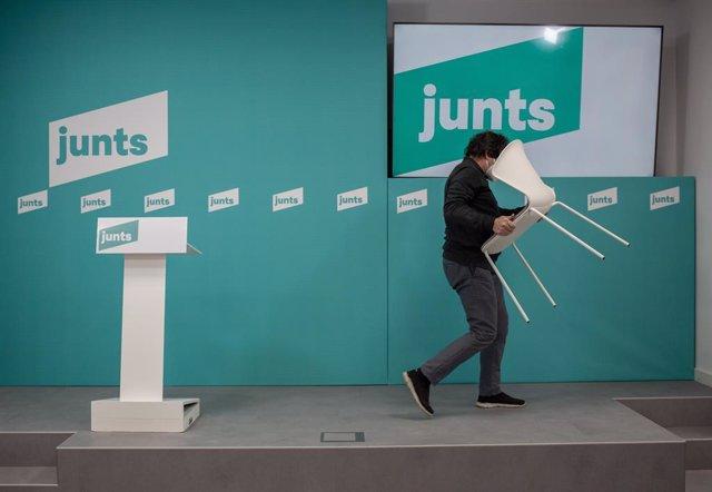 Un hombre recoge una silla en la sede de JxCat, en Barcelona, Cataluña (España), a 30 de enero de 2020.
