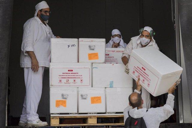 Trabajos de descarga de la vacuna rusa contra el coronavirus, Sputnik V, de cara a la campaña de vacunación en Argentina