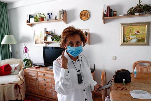 Araceli, usuaria de audífonos intracanales y miembro de FIAPAS (Confederación Española de Familias de Personas Sordas), utiliza su teléfono móvil desde el salón de su domicilio. En Madrid (España) a 12 de junio de 2020.