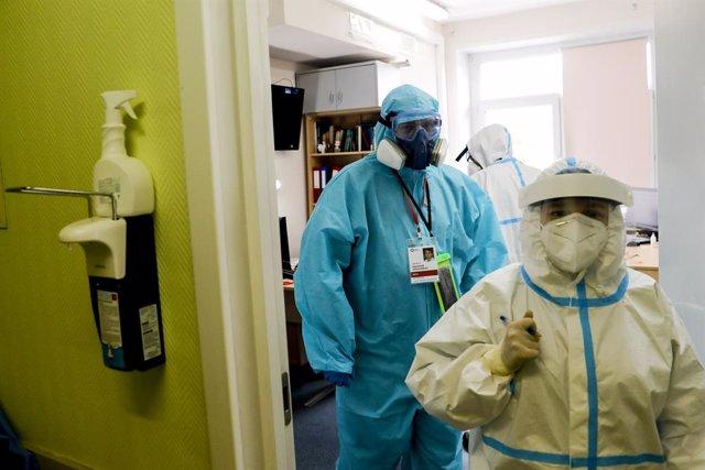 Trabajadores sanitarios en un hospìtal de Moscú