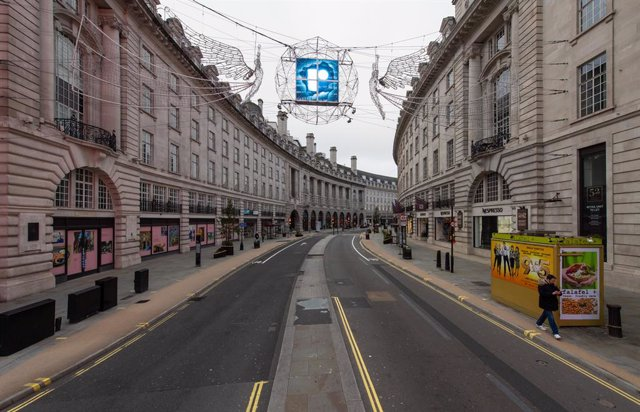 """31 December 2020, England, London: A general view of a quiet Regent Street, ahead of New Year's Eve celebrations. People are being urged to stay home on New Year's Eve to prevent the """"dire"""" situation in hospitals from getting worse. Photo: Dominic Lipinsk"""