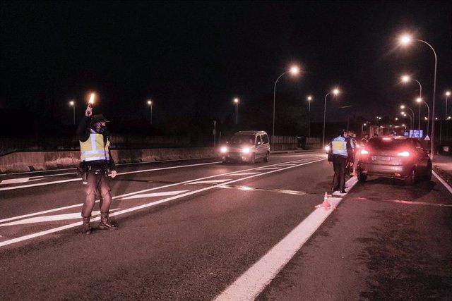 Un control de la Policía Local en Santiago de Compostela, A Coruña, Galicia (España), a 17 de diciembre de 2020. El comité clínico que asesora a la Xunta respecto a la evolución del coronavirus ha impuesto desde esta media noche un nuevo cierre perimetral