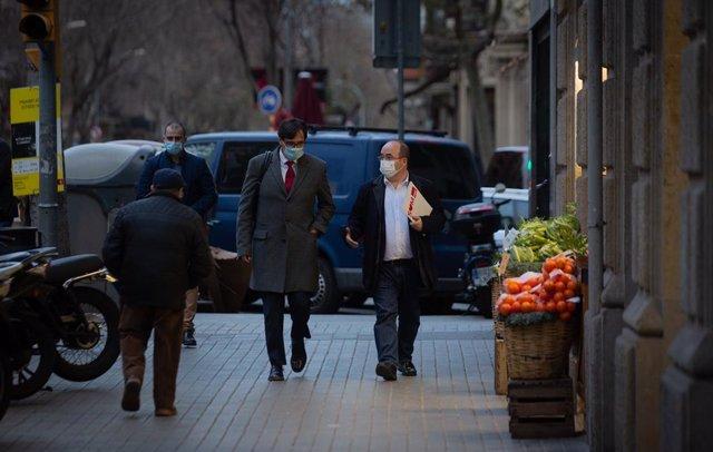 El ministre de Sanitat, Salvador Illa, i el primer secretari del PSC, Miquel Iceta, caminen pel carrer Consell de Cent en direcció a la seu del PSC Barcelona, Barcelona, Catalunya (Espanya), 30 de desembre del 2020.
