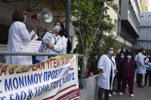 12 November 2020, Greece, Athens: Healthcare workers at Evaggelismos General Hospital take part in a protest over the government's inefficiency to deal with the coronavirus (Covid-19) pandemic and condemning healthcare underfunding. Photo: Nikolas Georgio