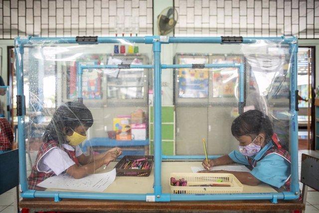 Dos estudiantes en una clase de una escuela de primaria en Bangkok