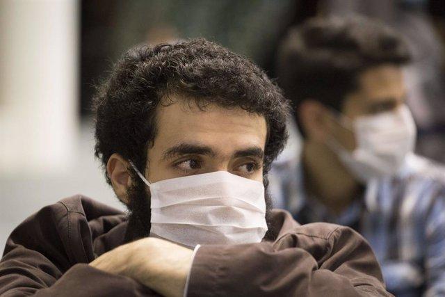 Hombres con mascarilla en Teherán durante la pandemia de coronavirus en Irán