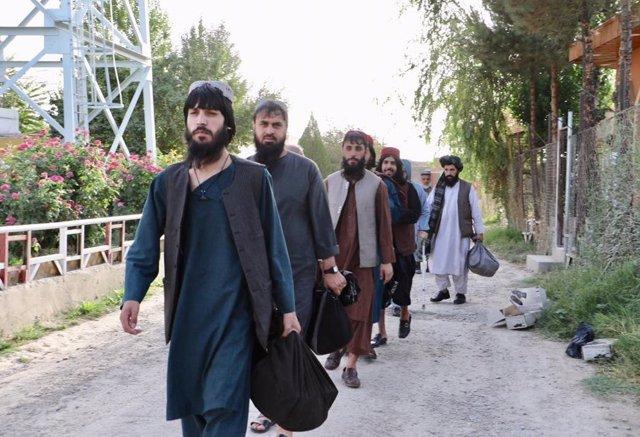 Prisioneros talibán liberados por las autoridades afganas en el marco del canje de detenidos acordado con Kabul