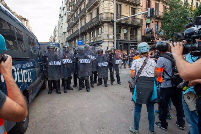 Manifestants als voltants de la plaça Urquinaona en la sisena jornada de protestes a Barcelona contra la sentència del Suprem pel procés el 19 d'octubre del 2019