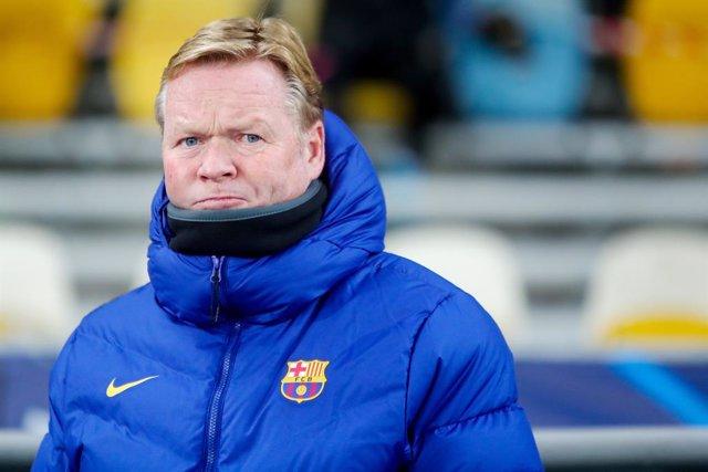 Ronald Koeman dirigiendo al Barcelona