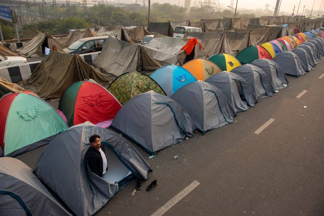 27 December 2020, India, Ghaziabad: A protester stands outside a tent during a sit-in for the Indian farmers as the demonstrations continue at Meerut-Expressway against the new farm laws. Photo: Pradeep Gaur/SOPA Images via ZUMA Wire/dpa