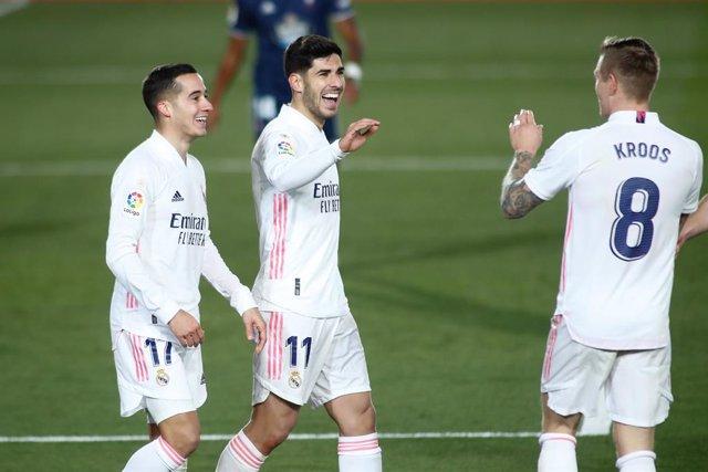 Marco Asensio y Lucas Vázquez celebran el 2-0 ante el Celta junto a Toni Kroos
