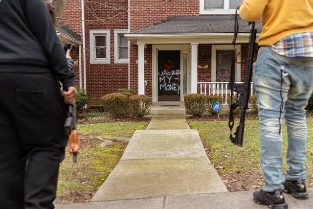 Puerta del domicilio en Louisville del líder republicano en el Senado de Estados Unidos, Mitch McConnell