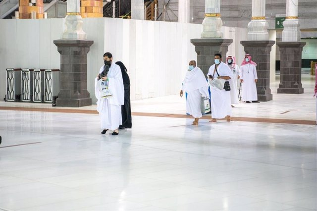 04 October 2020, Saudi Arabia, Mecca: Saudis and foreign residents arrive to preform Umrah at the Grand Mosque complex. The first group of Muslim pilgrims arrived at Islam's holiest site in Saudi Arabia on Sunday to perform the minor pilgrimage, the Umrah