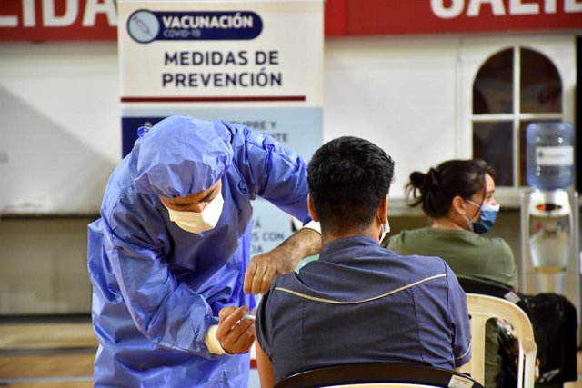 29 December 2020, Argentina, San Juan: Health care workers receive their doses of the Russian Sputnik V coronavirus vaccine amid a nationwide vaccination campaign. Photo: Ruben Paratore/telam/dpa
