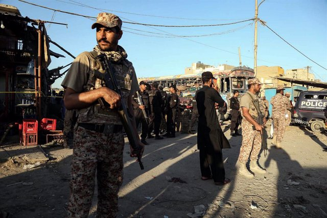 20 October 2020, Pakistan, Karachi: Members of the Pakistani security forces guard a cordoned off area at the scene of a bomb blast that targeted a bus terminal. At least six people have sustained injuries. Photo: -/PPI via ZUMA Wire/dpa