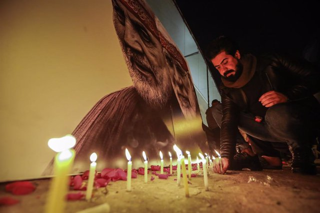 02 January 2021, Iraq, Baghdad: An Iraqi man commemorates the one-year anniversary of the death of Iranian military commander and head of it's Quds Forces, General Qasem Soleimani at the site of his assassination by the U.S. near the Baghdad Airport. Phot