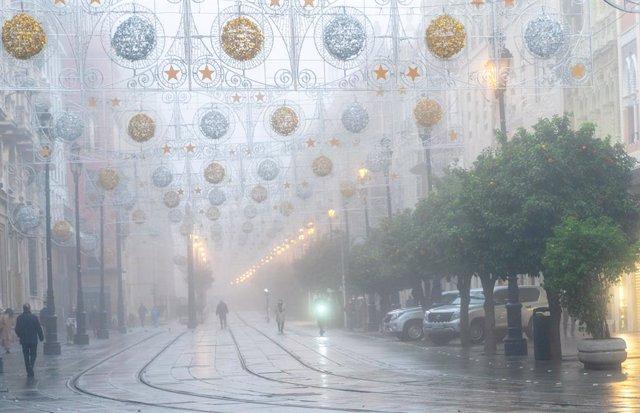 La ciutat s'ha inundat de bancs de boires al matí, a la imatge l'avinguda de la Constitución. Sevilla, 15 de desembre del 2020