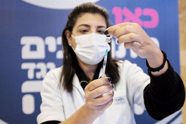 Una trabajadora sanitaria con una dosis de la vacuna en Israel.