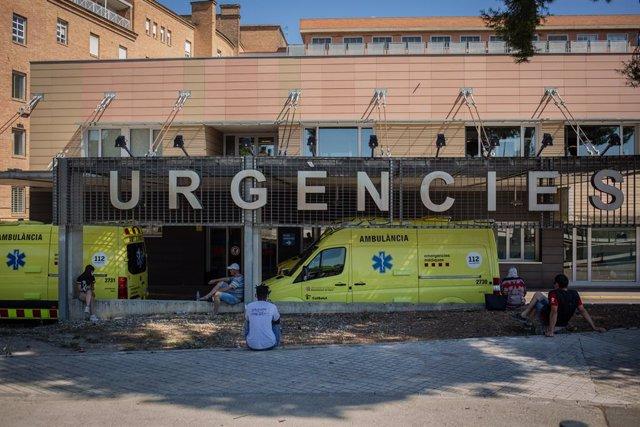Dues ambulàncies a l'hospital universitari Arnau de Vilanova de Lleida, capital de la comarca del Segrià, Lleida, Catalunya, 6 de juliol del 2020.
