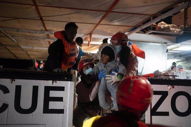 El fundador d'Open Arms, Òscar Camps, anuncia el rescat de 160 persones que navegaven en aigües internacionals.