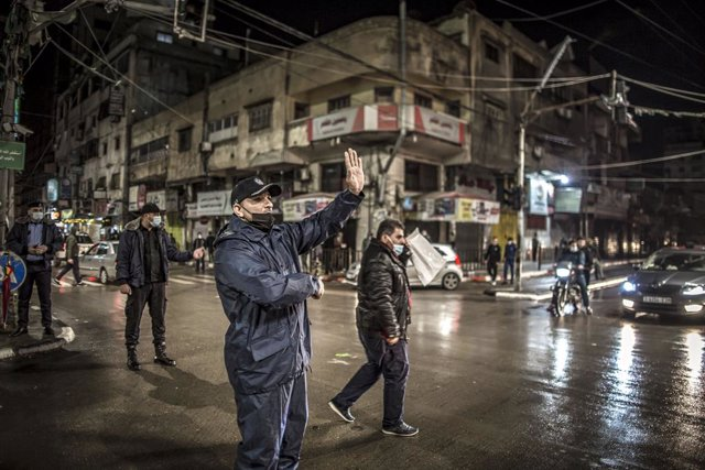 17 December 2020, Palestinian Territories, Gaza: Police officers impose a 48-hour curfew to prevent the spread of the coronavirus (COVID-19) disease. Photo: Abed Alrahman Alkahlout/Quds Net News via ZUMA Wire/dpa