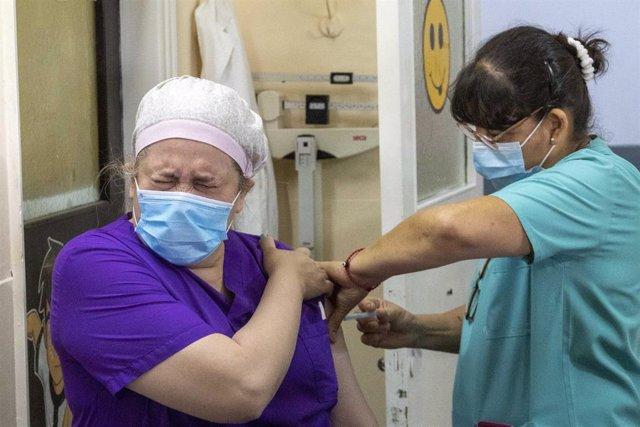 Una sanitaria del Hospital San Martín de Buenos Aires recibe la primera dosis de la vacuna rusa contra el coronavirus, la Sputnik V