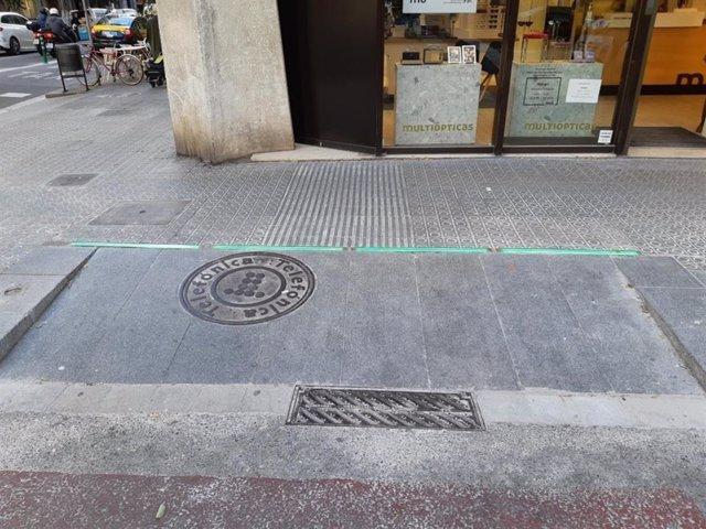 Llueixes LED col·locades en la vorera de Travessera de Gràcia per informar del carril bus contra sentit.