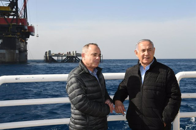 HANDOUT - 31 January 2019, Israel, ---: Israeli Prime Minister Benjamin Netanyahu (R) and Israeli Energy Minister Yuval Steinitz attend the inauguration of the foundation for the platform of the Leviathan natural gas field in the Mediterranean Sea. Photo: