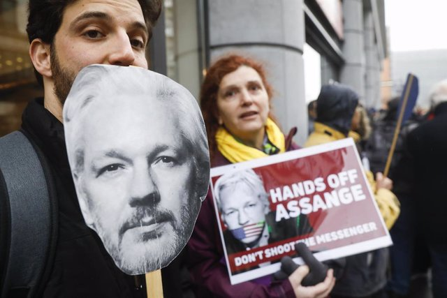 24 February 2020, Belgium, Brussels: People take part in a demonstration in front of the United Kingdom embassy in Brussels against the extradition of Wikileaks founder Julian Assange. Photo: Thierry Roge/BELGA/dpa
