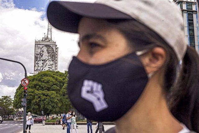Imagen de archivo de una mujer con mascarrilla en Buenos Aires durante la crisis sanitaria de la COVID-19.