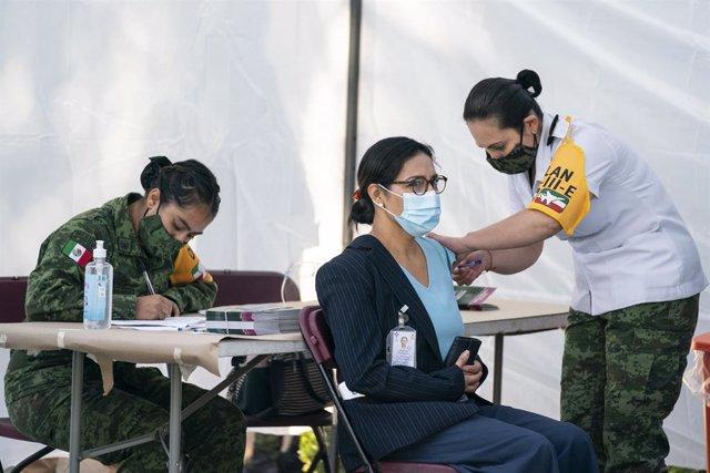 Personal médico recibiendo las primeras vacunas contra el coronavirus en México.