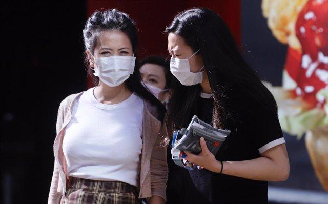 Mujeres con mascarilla en Hong Kong