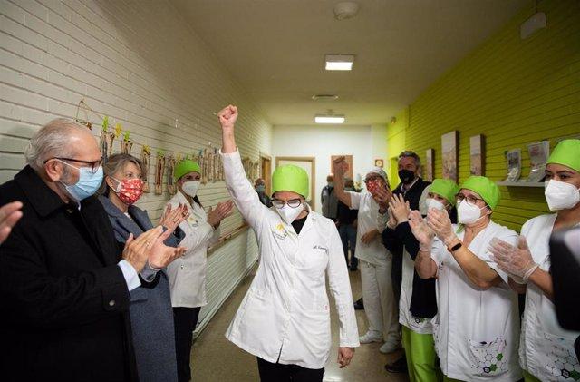 Una sanitaria tras el inicio de la campaña de vacunación contra el coronavirus