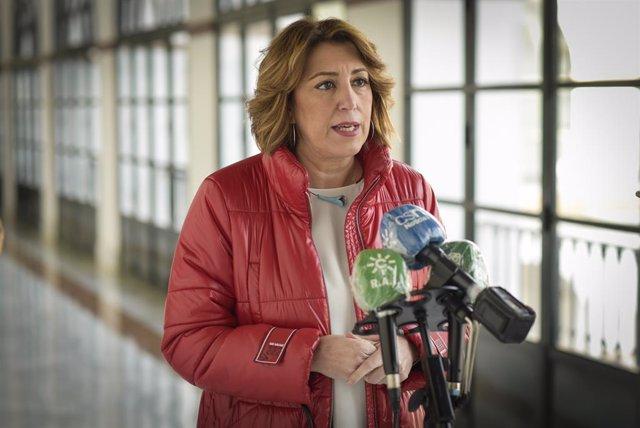 La secretària general del PSOE-A, Susana Díaz, atén els mitjans aquest dilluns al Parlament andalús (Foto d'arxiu).