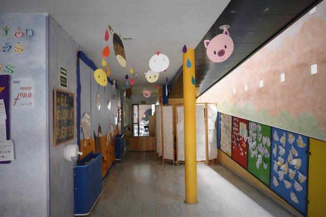 Carteles y dibujos colgados en las paredes de la Escuela Infantil Gloria Fuertes, en Arganda del Rey (Madrid)