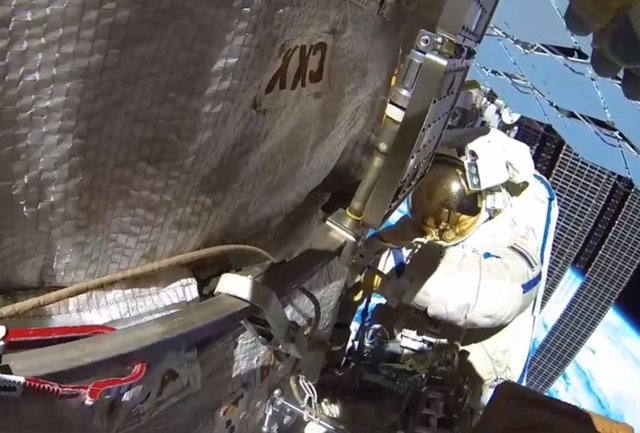 Cosmonauta durante una actividad extravehicular en la Estación Espacial
