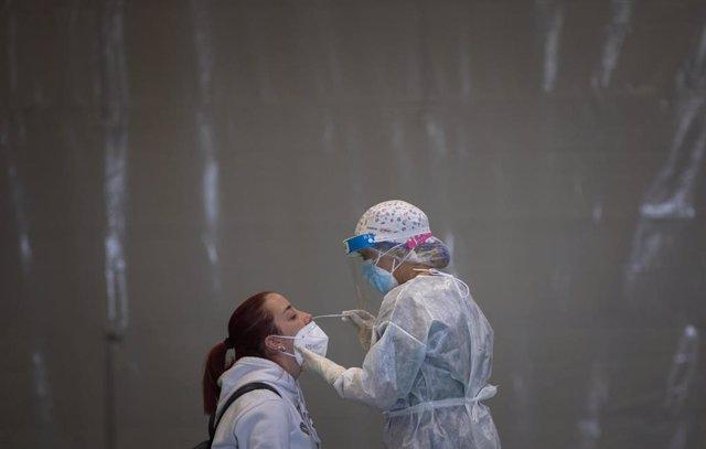 Sanitarios trabajando durante las pruebas de cribado de covid-19 con test de antígenos, foto de archivo