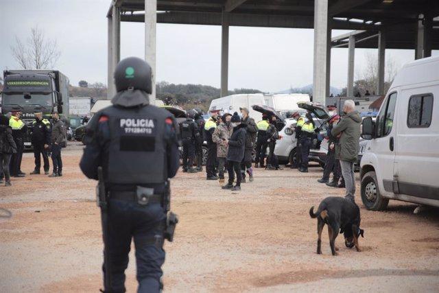 Un mosso d'esquadra durant el desallotjament de la 'rave' de Llinars del Vallès. Catalunya (Espanya), 2 de gener del 2021