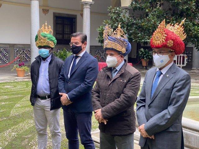 El alcalde de Granada, Luis Salvador, presenta a las personas que encarnarán a los Reyes Magos este año
