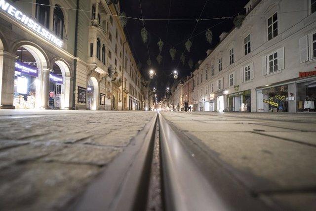 Imagen de una calle desierta en Austria.